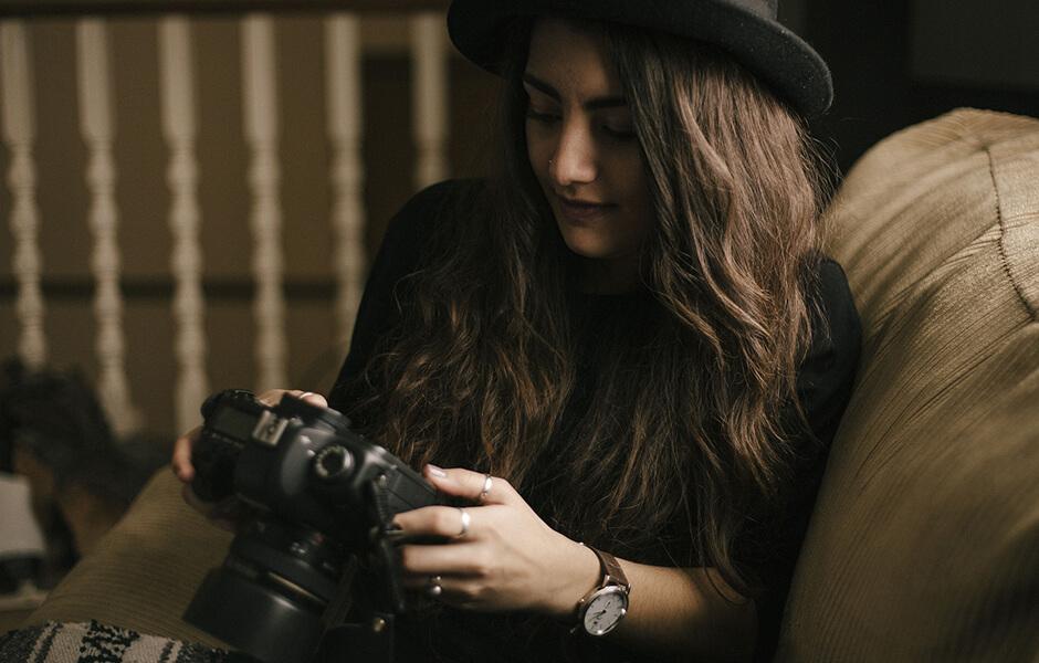 【HTML/CSS】メインビジュアルの背景に動画を設定する